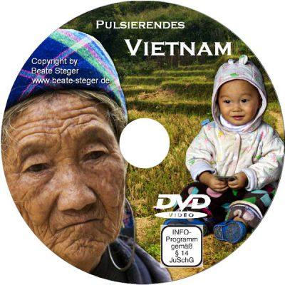 Alte Frau der schwarzen Hmong und Kind in Vietnam auf Reisfeldern.